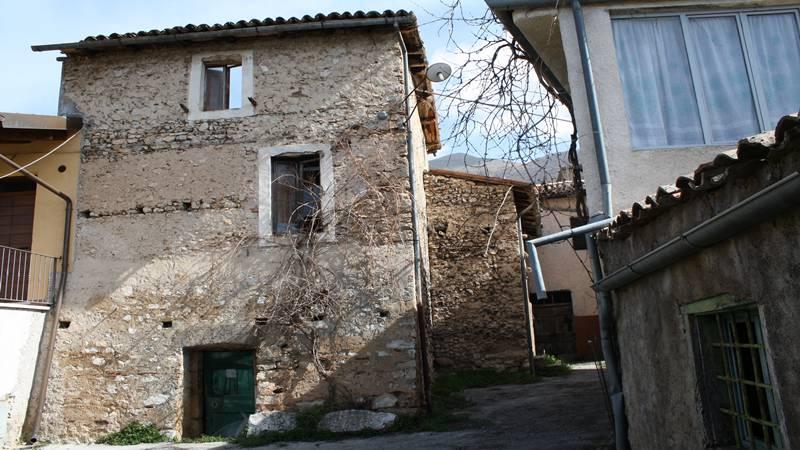 Amici immobiliare norcia umbria case ville casali for Tre case di pietra