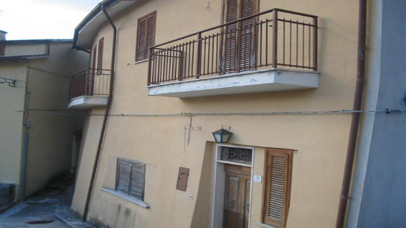 Single house on three levels of approximately 190 sqm...